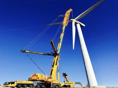 Crane raising windmill blade
